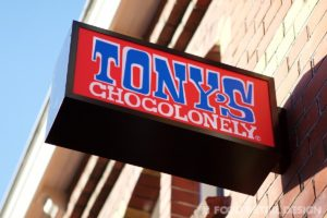 tonys-chocolonely-store-amsterdam-sign (Tony's Store Amsterdam)